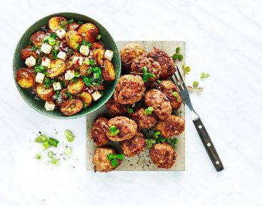 Græske-frikadeller-med-bagte-kartofler