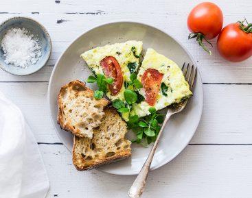 Brunchomelet m. salatost