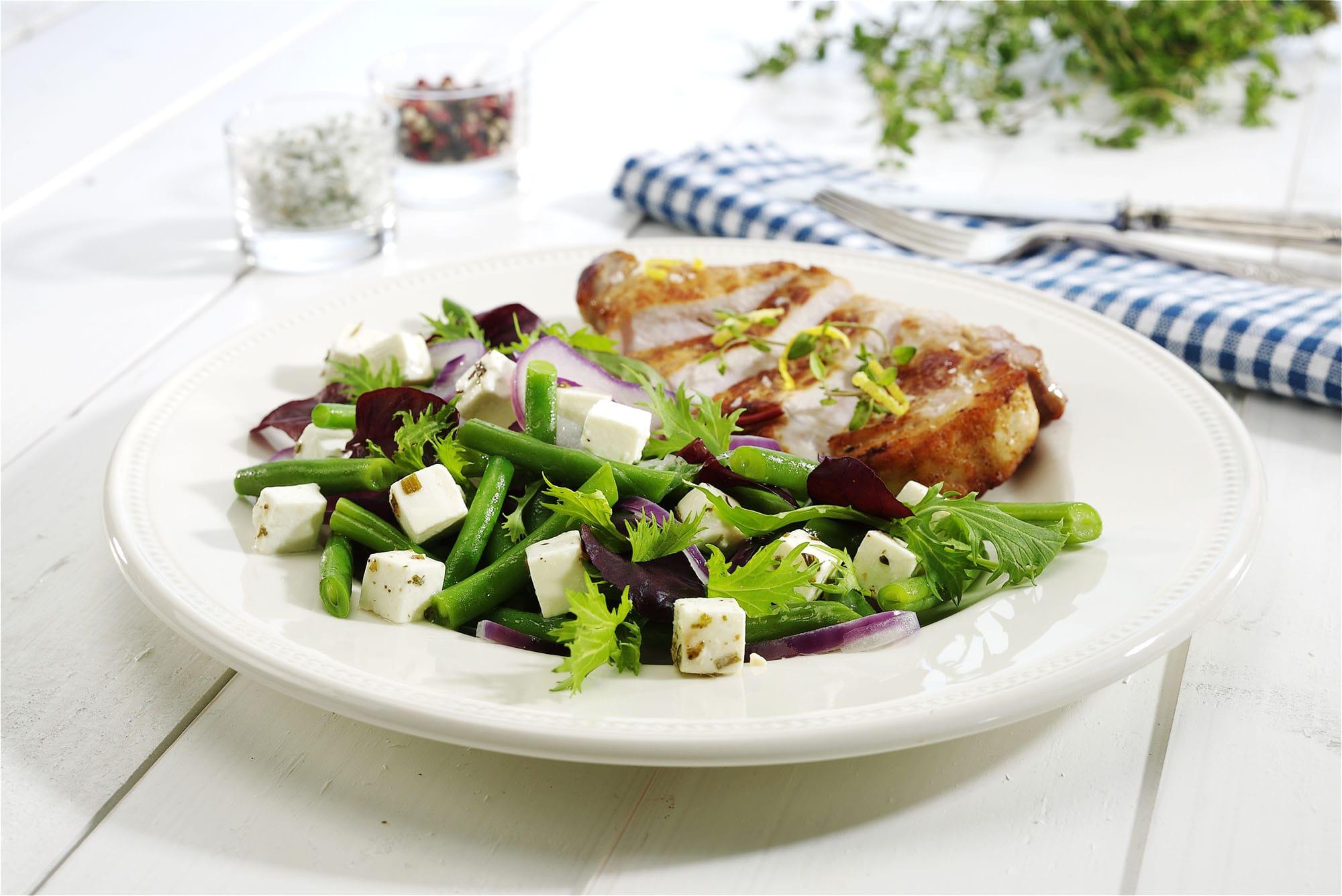 Bønner-med-milde-løg-og-kryddermarineret-salatost