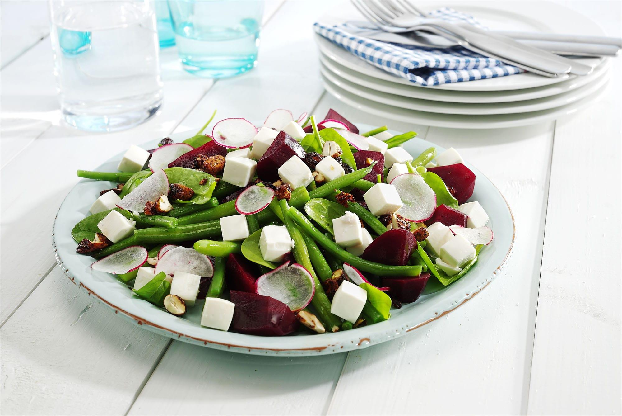 Sprød-bønnesalat-med-salatost-og-kryddernødder