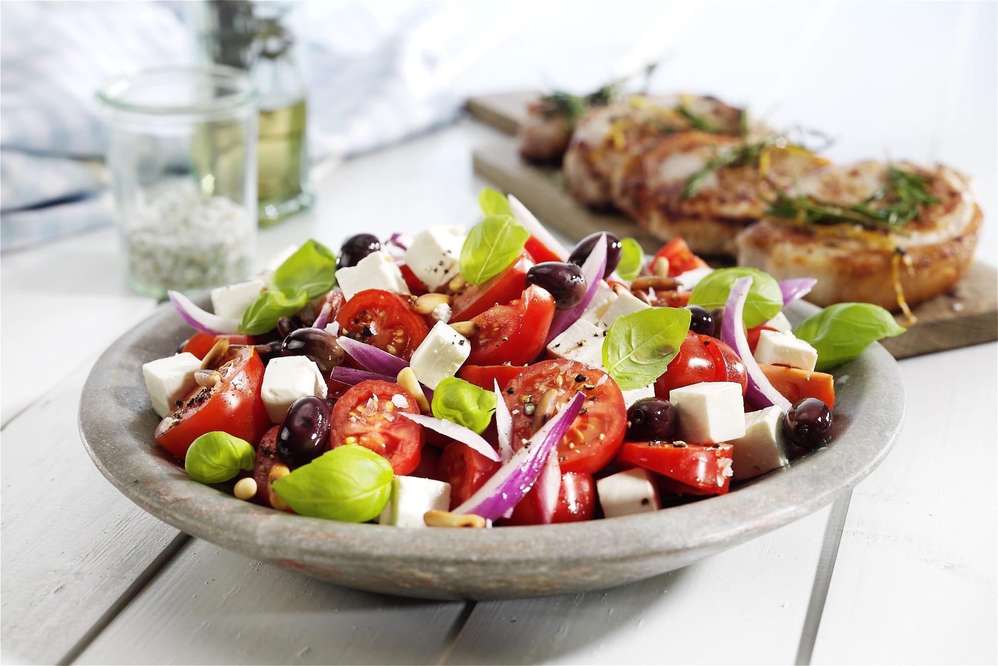 krydret-tomatsalat-med-salatost