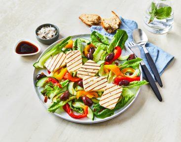 Græsk salat med ristede peberfrugter, halloumi, mynte og agurk og romainesalat og sorte oliven (2)
