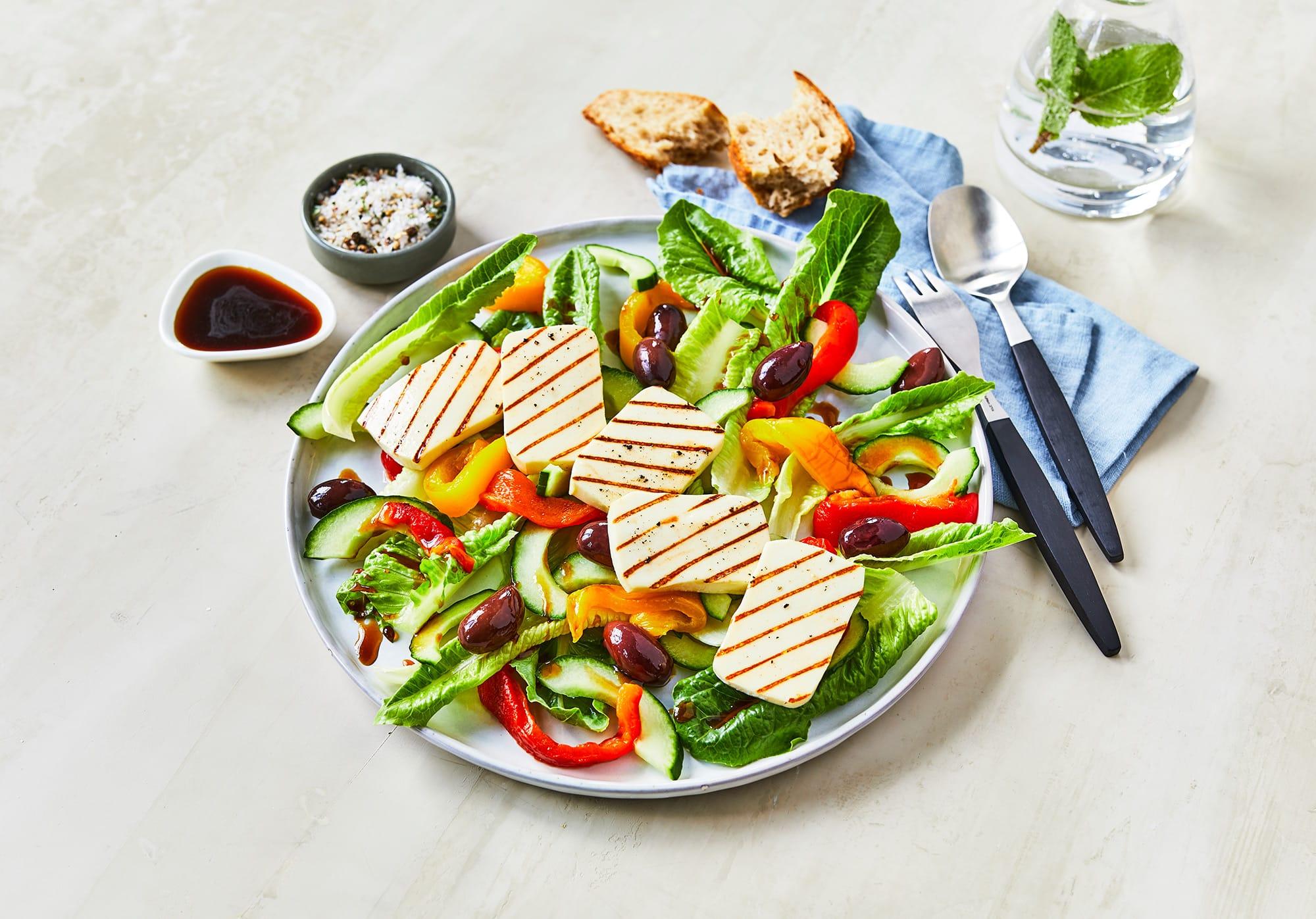 Opskrift På Græsk Salat Med Ristede Peberfrugter Og Grillost Taverna