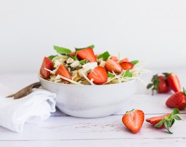 Hvidkålssalat med jordbær