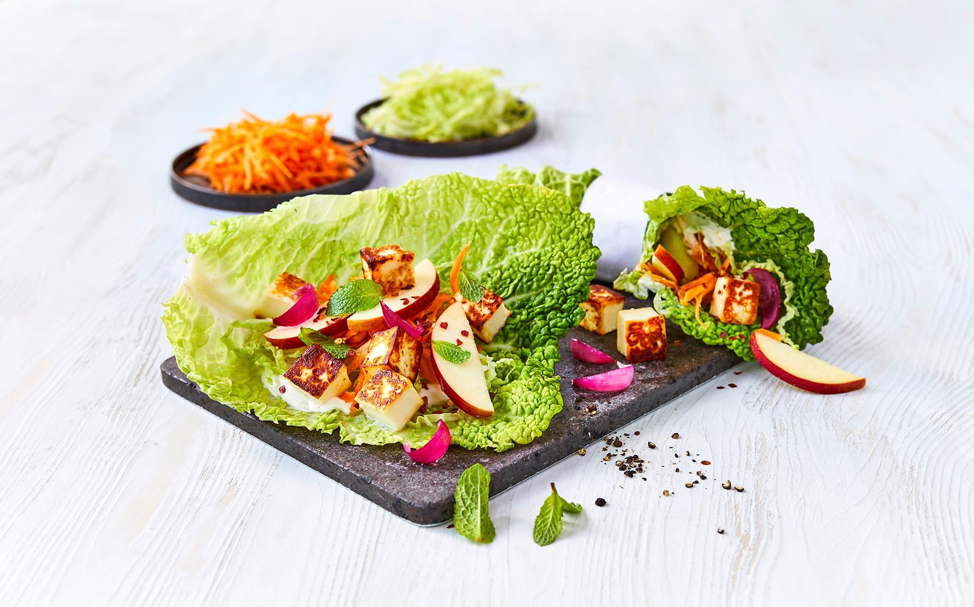 Kålwraps med friske grøntsager, halloumi og urter på toppen