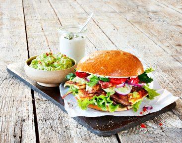Burger med kylling, bacon og grill&bbq