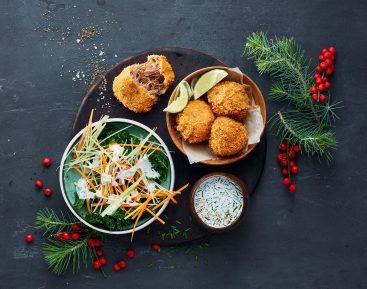 Andekroketter med rimmet grønkålscoleslaw, marinerede urter og salatost