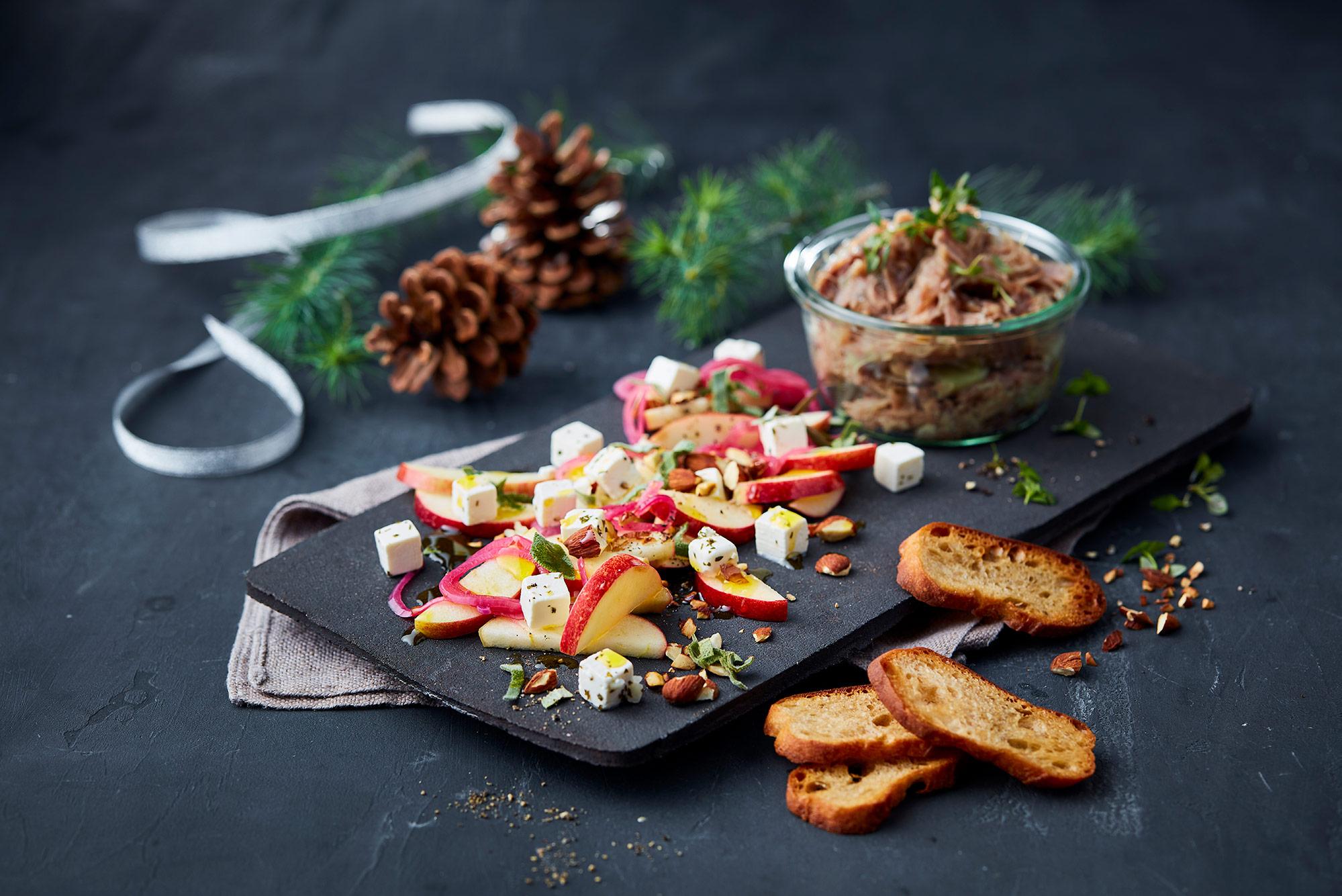 Anderilette med sprød salat af æbler og salatost