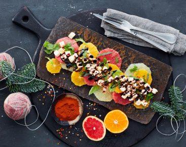 Appelsinsalat med glöggsirup og krydret salatost