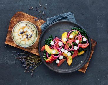 Lavendelmarineret salatost med blodappelsin og ferskner