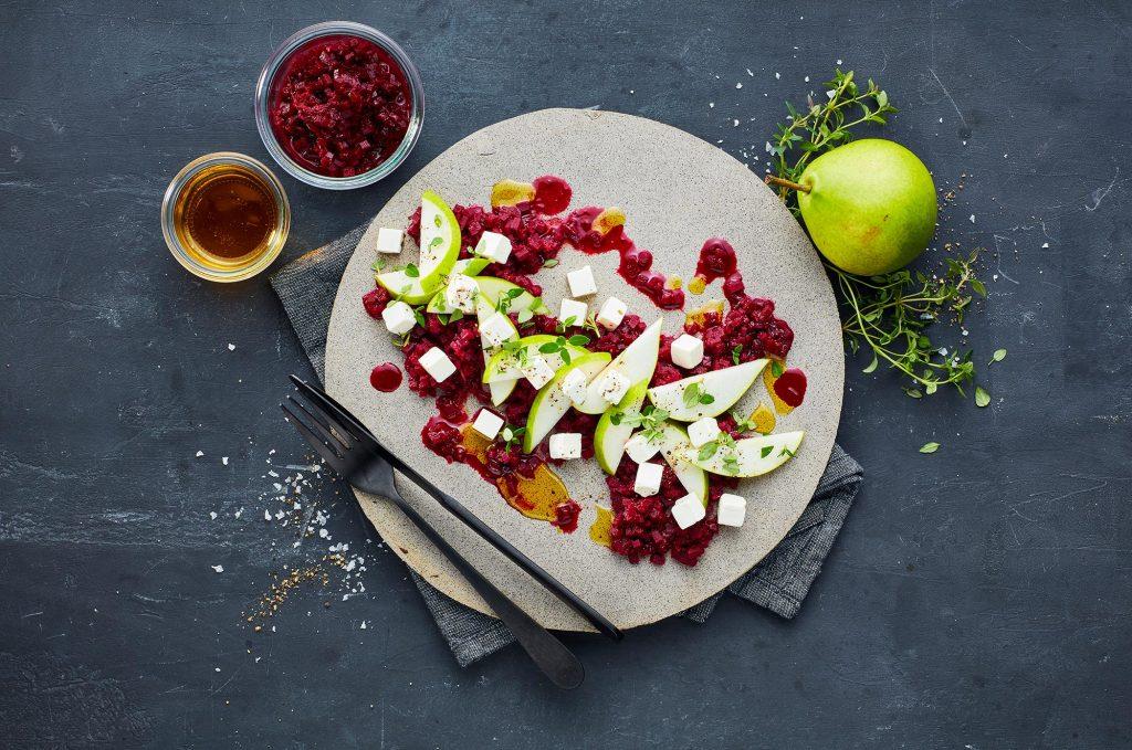 Opskrift på Pæresalat med rødvinskogte rødbeder og salatost – Taverna