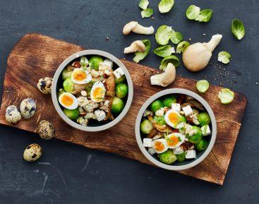 Rosenkålssalat med østershatte, porcherede vagtelæg og salatost