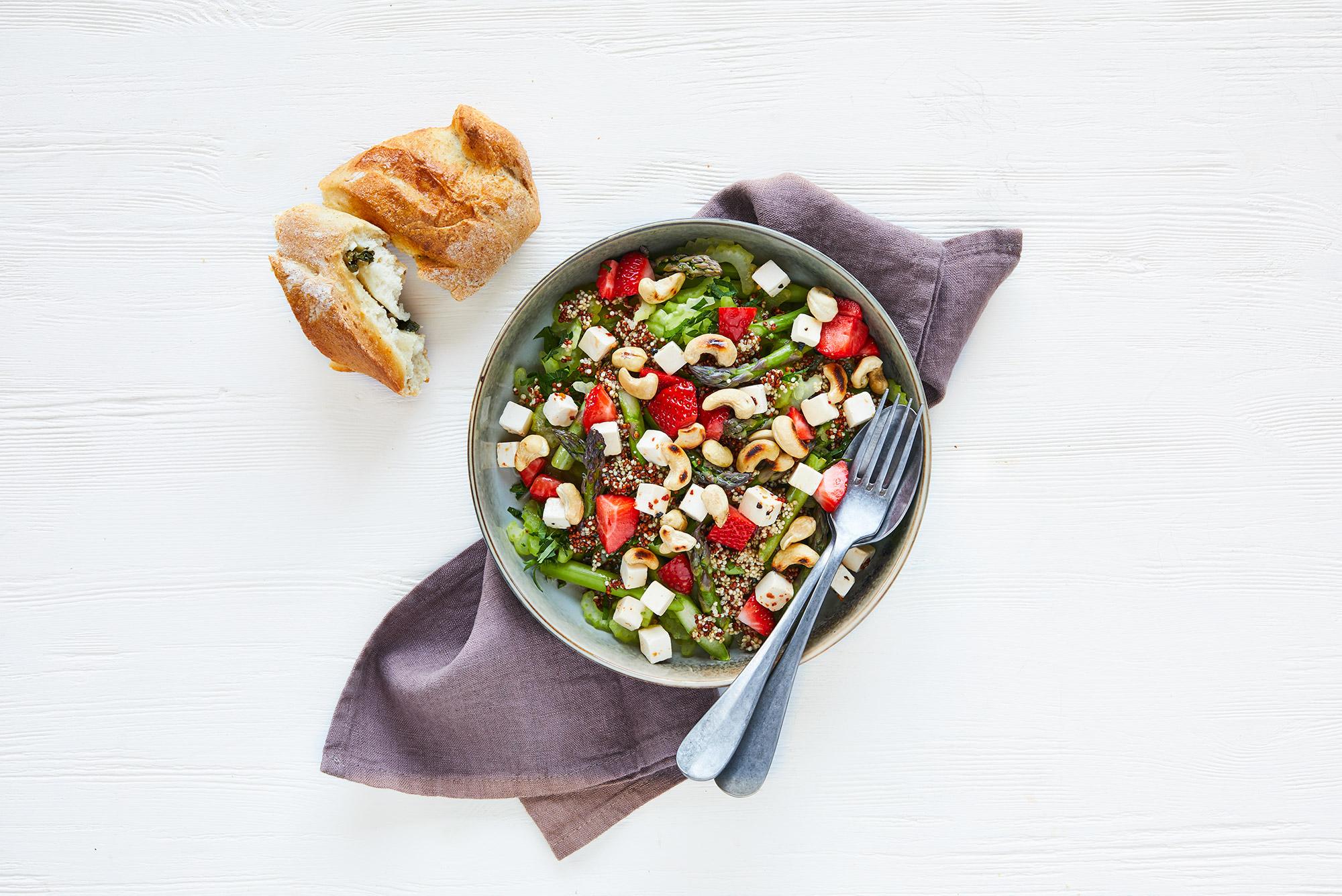 Sprød salat med grønne asparges_og_jordbær